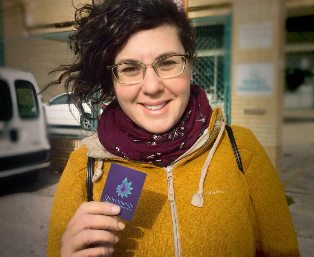 Claudia, quiromasajista, feliz con su nueva tarjeta. Por UyM