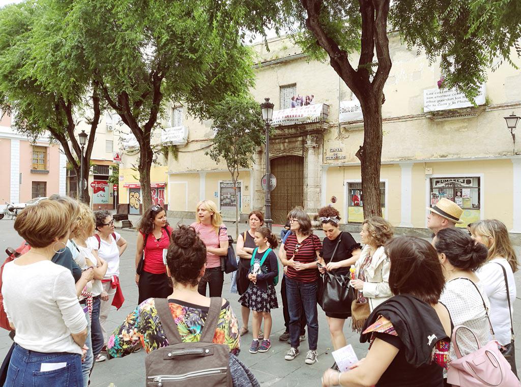 Paseo Jane Jacobs con Isabel Jiménez López en el XXV Encuentro de la Red de Centros de Documentación y Bibliotecas de Mujeres. UyM y Violeta Asensio.